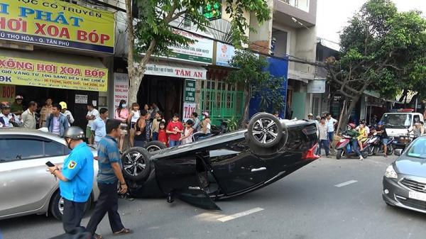 Ô tô lao lên vỉa hè, hất văng người đàn ông ở quận Tân Phú