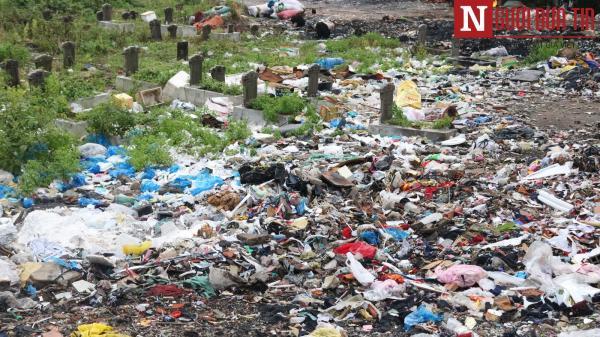 """Nghĩa trang Bình Hưng Hòa bỗng dưng biến thành nơi """"chôn rác"""""""