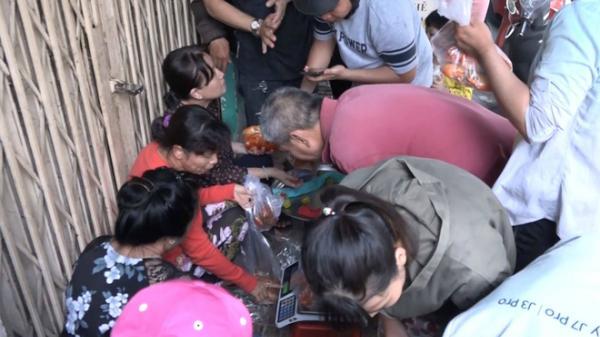 Khách thi nhau chen lấn mua, 3 phút bán sạch gần 40 kg cua hấp ở Sài Gòn
