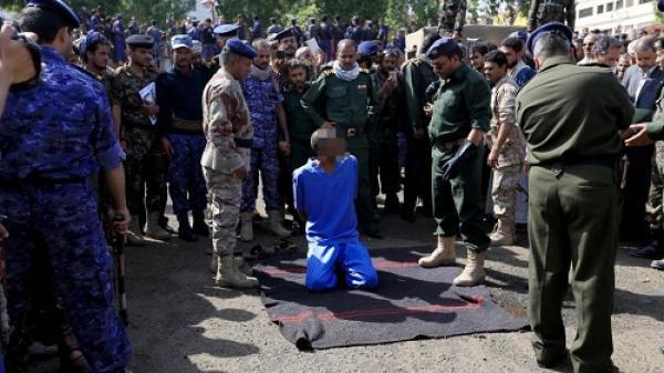 Ám ảnh cảnh 3 kẻ ấu dâm bị bắn chết và treo xác trên cần cẩu ở Yemen