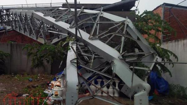 Mưa lớn kèm gió lốc mạnh quật đổ biển quảng lớn đè chết người ở TP Hồ Chí Minh