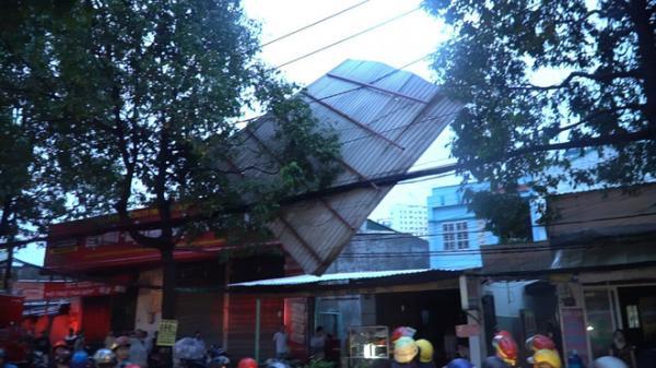 """TP HCM: Gió lốc cuốn bay tấm tôn """"khủng"""", người đi đường vứt xe tháo chạy"""