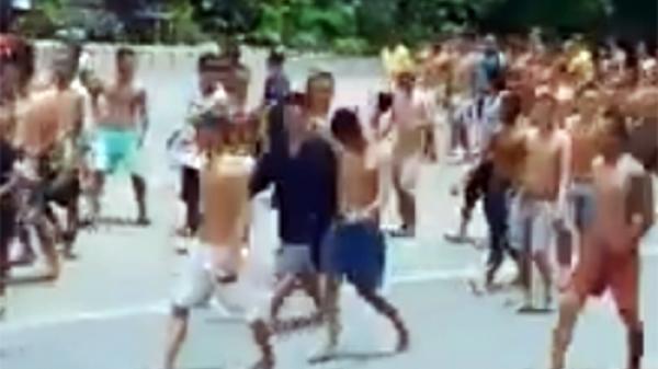 NÓNG: Hàng trăm học viên cai nghiện hò hét, phá cửa tràn ra quốc lộ đi nghênh ngang