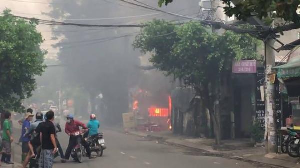 """TP.HCM: Cháy bãi giữ xe gần sân bay Tân Sơn Nhất, 3 """"xế hộp"""" bị thiêu rụi"""