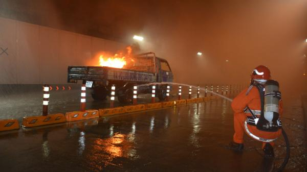 """""""Giải cứu"""" ô tô tải cháy ngùn ngụt giữa hầm sông Sài Gòn"""