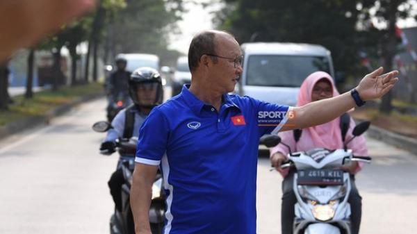 HLV Park Hang Seo cẩn thận cùng ban huấn luyện ngăn xe cho học trò băng qua đường tập luyện