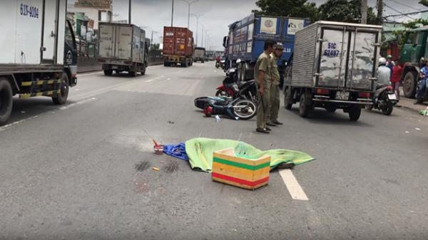 TP.HCM: Ôtô tải cuốn xe máy vào gầm, một người tử nạn trên quốc lộ