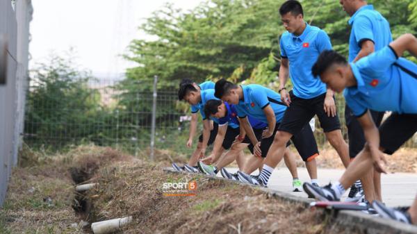 """U23 Việt Nam nhận """"món quà ý nghĩa"""" sau khi phải tập cạnh cống thoát nước thải"""