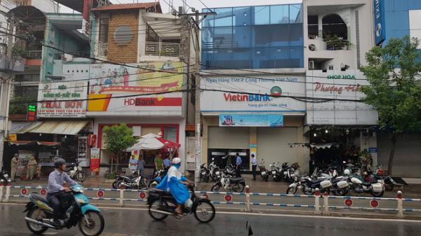 Xông vào ngân hàng ở Sài Gòn cướp 1 triệu đồng của khách, nam thanh niên bị bắt giữ khi đang xòe tiền ra đếm