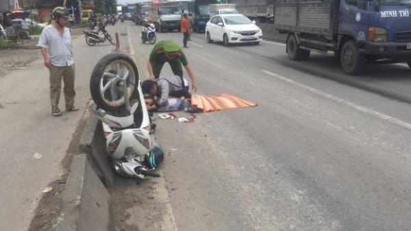 TPHCM: Cô gái 22 tuổi tử vong, cha mẹ ôm thi thể con gào khóc thảm thiết trên quốc lộ