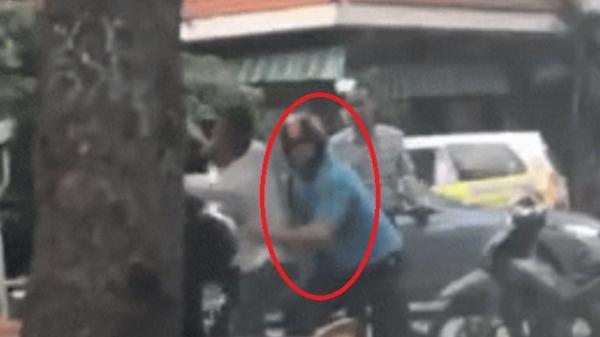 TP.HCM: Va chạm giao thông, 2 thanh niên lao vào đánh nhau, người đàn ông ngoại quốc dừng xe can ngăn