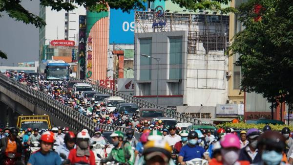 Người Sài Gòn bơ phờ, 'nhích từng mét' ngày đầu tuần