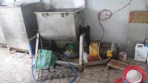 """Sốc: Cơ sở sản xuất thực phẩm ở TP.HCM làm chả lụa """"bẩn"""" trong khu vực nhà vệ sinh"""