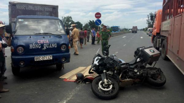 Phượt xuyên Việt trên đường về Sài Gòn, chồng U70 khóc thảm bên xác vợ