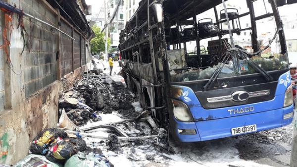 Cháy xe khách ở Sài Gòn, nhiều người hốt hoảng tháo chạy