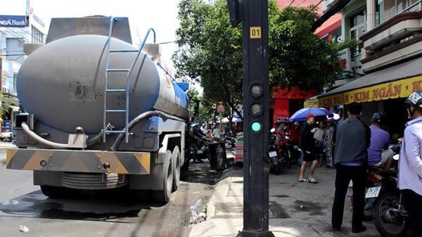 TP.HCM: Va chạm với xe bồn, 2 học sinh tử vong thương tâm