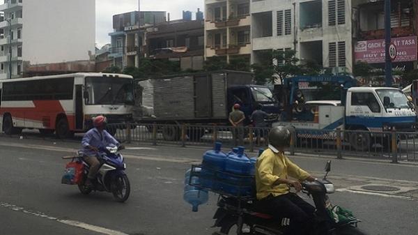 TP.HCM: Xe khách mất thắng tông liên hoàn 5 xe tải trên đại lộ Võ Văn Kiệt