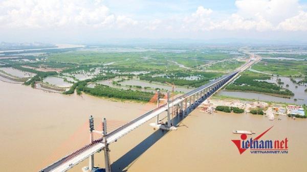 Khung cảnh khó tưởng tượng trên đỉnh cầu dây văng lớn nhất 'made in Việt Nam'