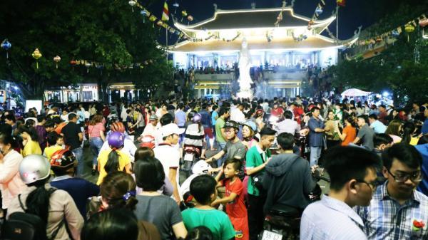 Hàng nghìn người Sài Gòn trật tự xếp hàng dài, chờ gõ chuông chùa cầu bình an cho cha mẹ trong ngày Vu Lan