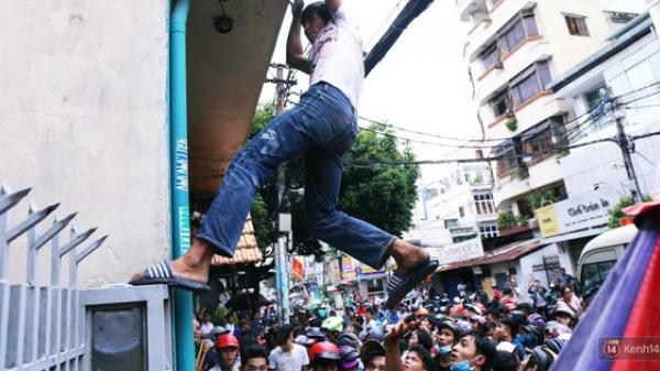 """Hàng trăm thanh niên trèo tường, giẫm đạp lên nhau để giật tiền """"cúng cô hồn"""" náo loạn đường phố Sài Gòn"""