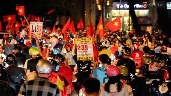 """Người Sài Gòn nghĩ ra cách làm ăn """"độc"""" khi xuống đường ăn mừng U23 Việt Nam chiến thắng"""
