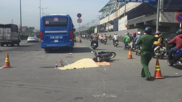 TP.HCM: Xảy ra va chạm, xe buýt hất văng rồi cán chết người phụ nữ trên xa lộ