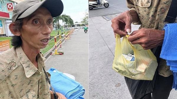 Người đàn ông bán khăn dạo trên đường phố Sài Gòn