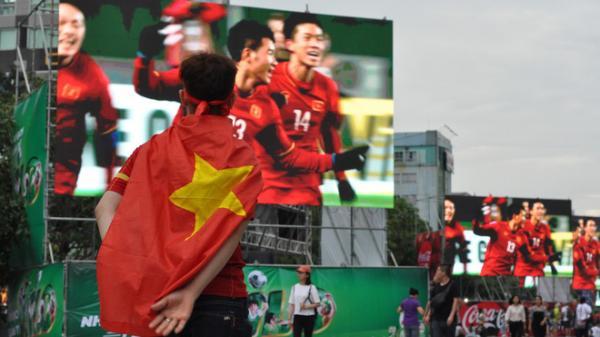 NÓNG: Ngưng lưu thông trên phố đi bộ Nguyễn Huệ để phát sóng trận U23 Việt Nam vs U23 Hàn Quốc