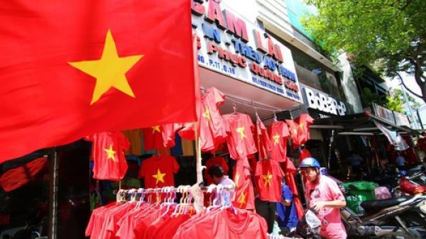 """Ảnh: Người Sài Gòn đổ xô đi mua áo và cờ Tổ quốc, sẵn sàng """"cháy"""" hết mình vì Olympic Việt Nam"""