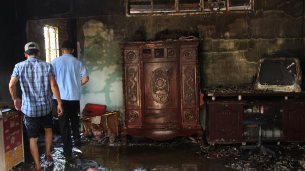 Vừa đi siêu thị trở về nhà, người phụ nữ hốt hoảng thấy căn nhà cháy rụi ở Sài Gòn