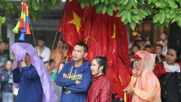 CĐV ở TP.HCM đội mưa cổ vũ cho Olympic Việt Nam