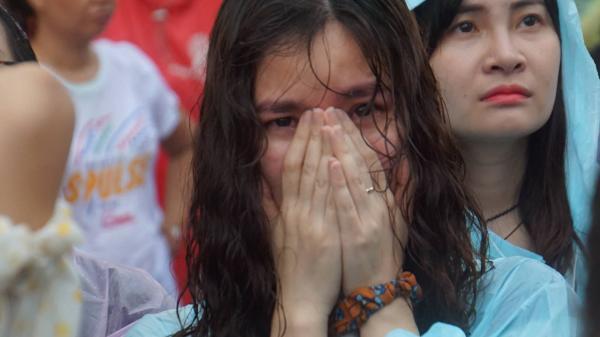 U23 thua, em gái Hà Nội, Sài Gòn khóc ngất trong mưa