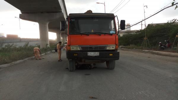 Xe cẩu được điều động đưa thi thể người đàn ông tử vong mắc kẹt dưới gầm xe ben ở Sài Gòn