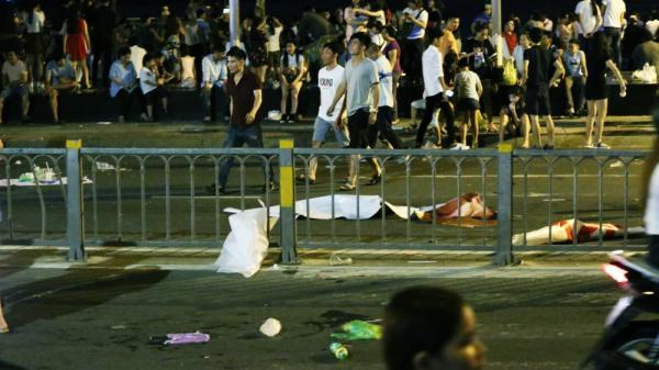 Người dân ra về sau khi xem pháo hoa, đường phố trung tâm Sài Gòn lại tràn ngập rác