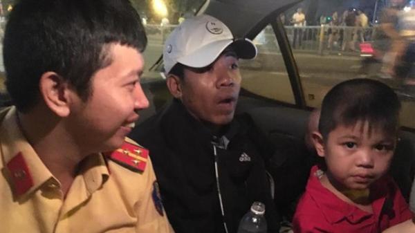 CSGT đi xe đặc chủng, phát loa để tìm người thân cho bé 5 tuổi lạc khi xem bắn pháo hoa