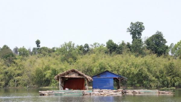 2 nữ sinh năm cuối ở TP.HCM tử vong vì thuyền lật khi đi chơi, chụp hình trên sông