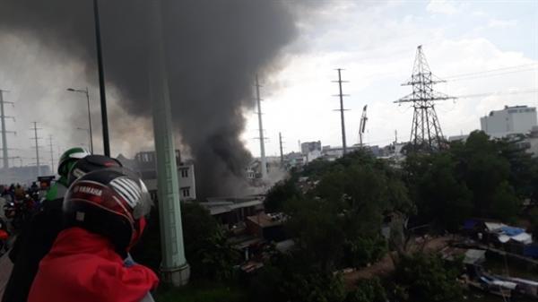 TP.HCM: Đang cháy lớn nhiều nhà dân ở gần cầu Bình Lợi, khói đen bốc cao nghi ngút