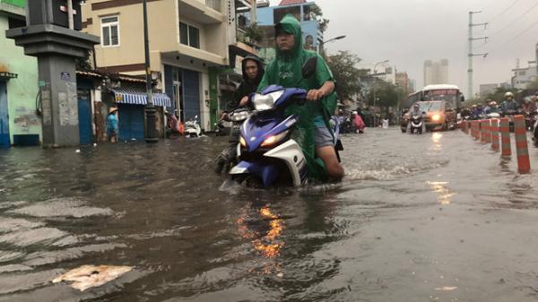 Nhiều tuyến đường Sài Gòn ngập sâu do mưa lớn chiều cuối tuần