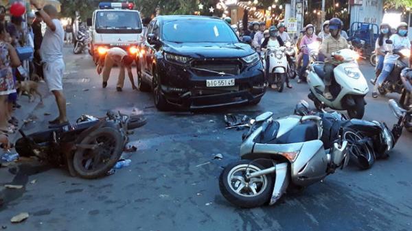 Ô tô tông hàng loạt xe máy ở Sài Gòn, nhiều người bị thương trong đó có trẻ em