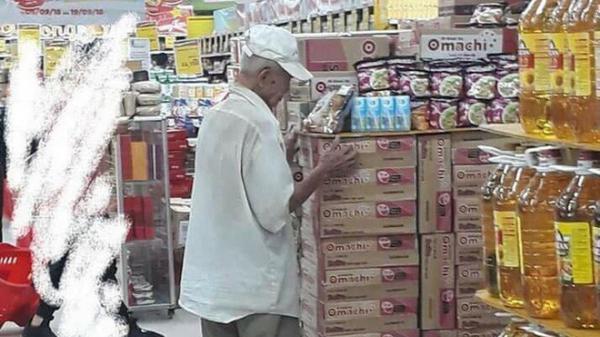 Ông lão cứ 8 giờ tối là tới siêu thị đợi mua cơm thanh lý với giá 10 ngàn đồng khiến MXH dậy sóng