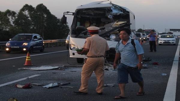 Xe khách tông xe tải trên cao tốc, tài xế chết tại chỗ