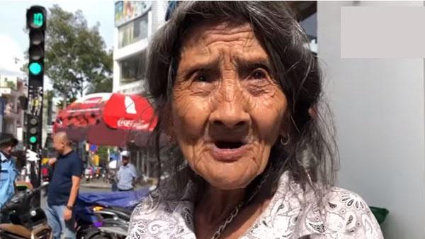 Bà cụ kỳ lạ nhất Sài Gòn, mua hàng thì bán chứ cho tiền nhất định không nhận
