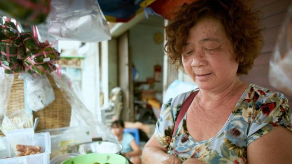 Cuộc đời đẫm nước mắt của bà chủ xe tré 45 năm tuổi giữa Sài Gòn: Chồng bỏ đi với vợ nhỏ, hai mẹ con sáng bán hàng, tối lấy vỉa hè làm chỗ ngủ