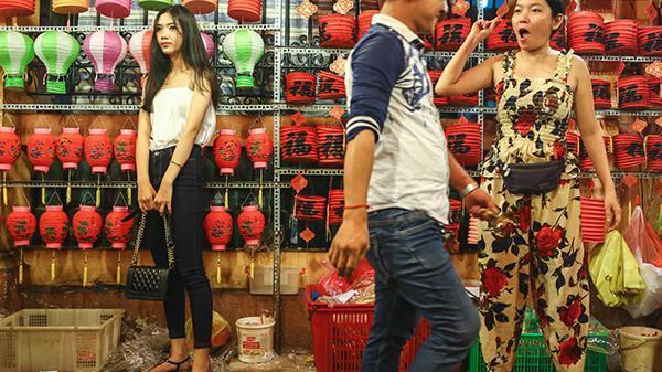 Giới trẻ chen chân chụp ảnh nhưng ít mua hàng ở phố lồng đèn Sài Gòn