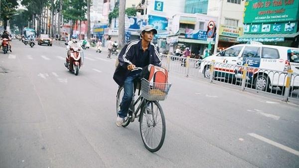 Câu chuyện về một shipper đi xe đạp khiến cư dân mạng rưng rưng