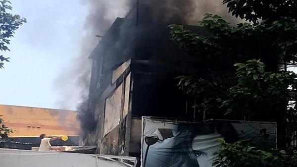 Căn nhà 3 tầng ở Sài Gòn bốc cháy giữa trưa