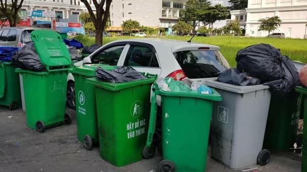 TP.HCM: Chiếc xe ô tô bị hàng chục thùng rác bao vây ''cảnh cáo'' vì đỗ không đúng nơi quy định