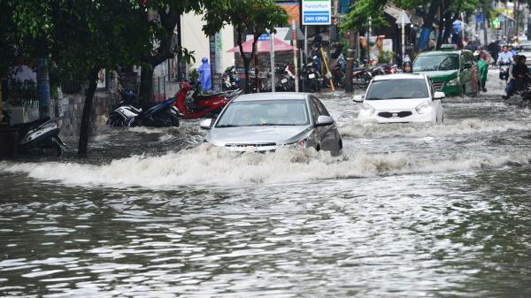 Khu nhà giàu Sài Gòn ngập 'te tua', dân rùng mình lội nước bẩn