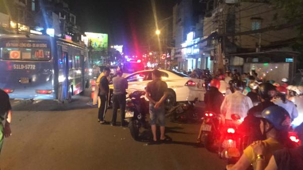 Xe máy dính chặt vào gầm ô tô sau tai nạn liên hoàn, cửa ngõ Sài Gòn kẹt cứng trong đêm