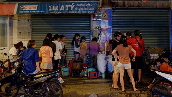 """Hàng trà """"chờ"""" 30 năm ở vỉa hè Sài Gòn: Xếp hàng đến nửa đêm, vừa nóng vừa muỗi chích nhưng lúc nào cũng nườm nượp khách"""